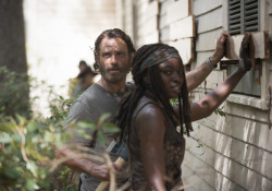 the-walking-dead-episode-507-rick-lincoln-michonne-gurira-935